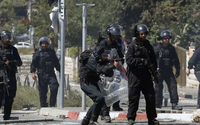 Des policiers à Shuafat - 24 octobre 2014 (Crédit : Sliman Khader/FLASH90)