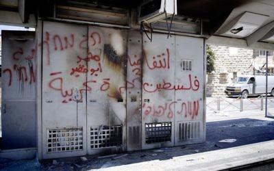 Station de tramway après les émeutes de début juillet 2014 (Crédit : Sliman Khader/Flash90)
