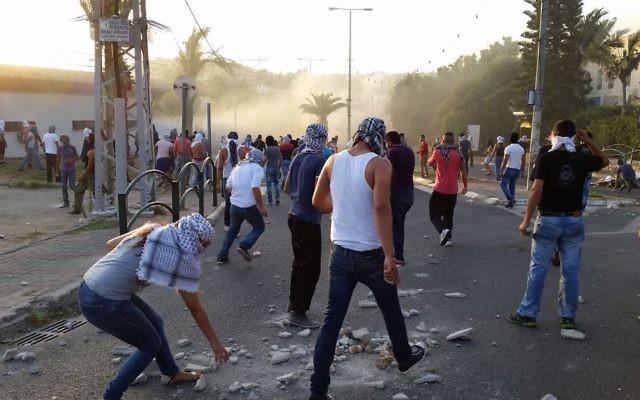 Des jeunes Palestiniens lancent des pierres sur les policiers (Crédit : Flash 90)