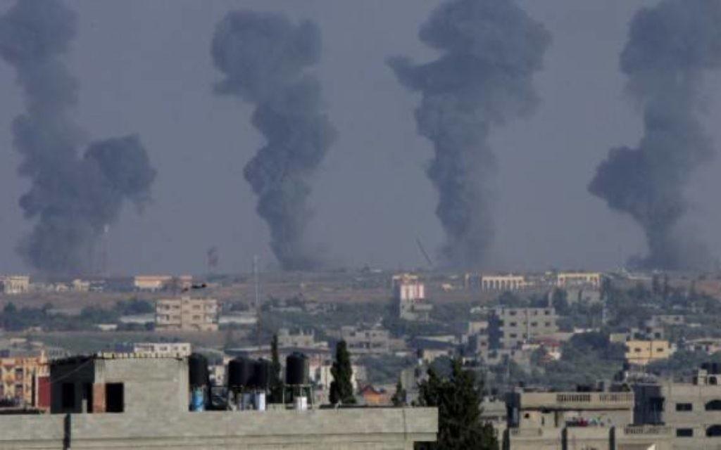 Fumée après des tirs de roquettes (Crédit : Abed Rahim Khatib/Flash90)