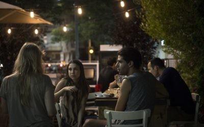 Des Israéliens prennent un verre peu après un retentissement de sirènes à Tel Aviv - 8 juillet 2014 (Crédit : Hadas Parush/Flash90)