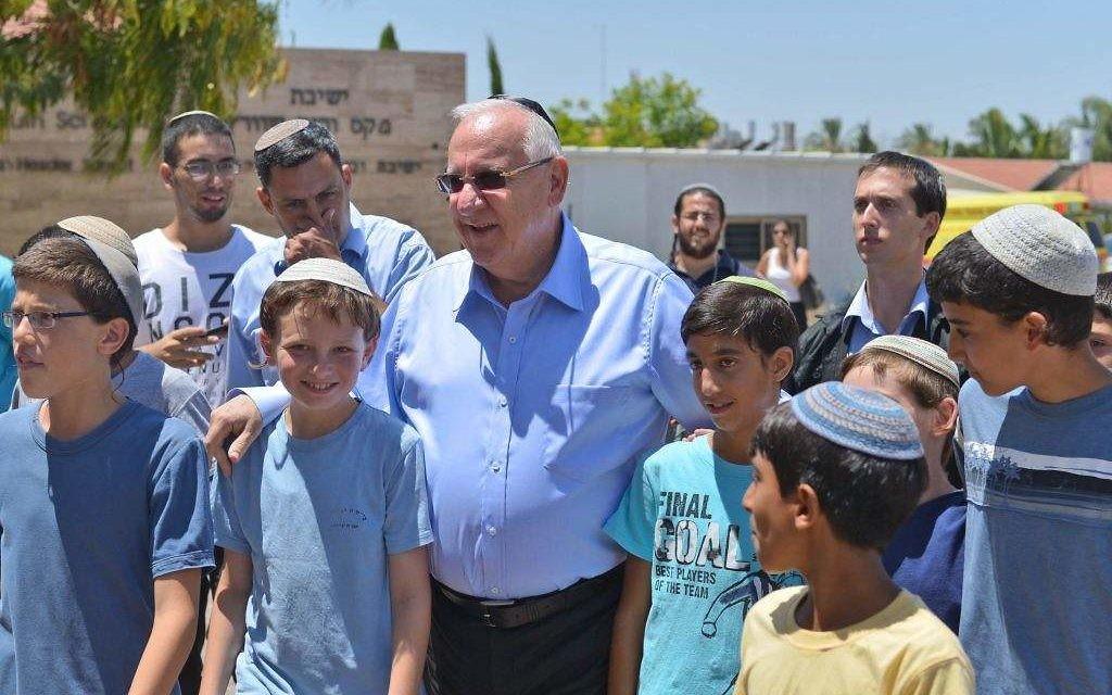 Reuven Rivlin et des enfants étudiant dans une yeshiva de Sderot (Crédit : Flash 90)