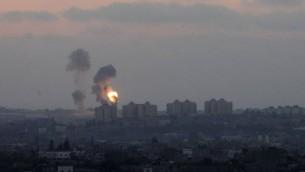 Explosions qui provoquent un nuage de fumée à Gaza (Crédit : Miriam Alster/ Flash90)