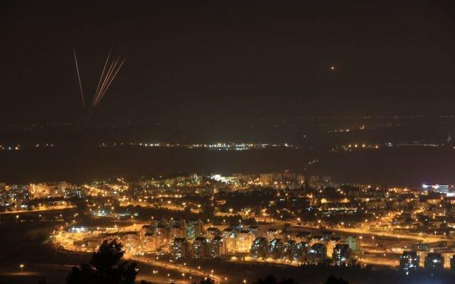Roquettes tirées depuis Gaza sur Israël mardi soir (Crédit : Nati Shohat/ Flash90)