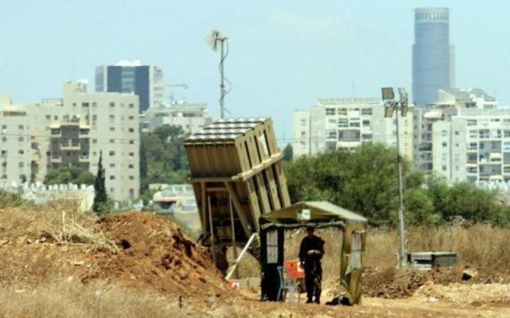 Batterie du système anti-missile Dôme de fer (Crédit : Flash 90)