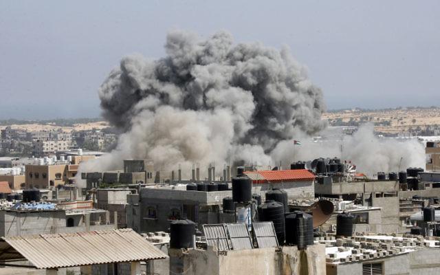 Frappe israélienne  sur Rafah, dans le sud de la bande de Gaza, le 9 juillet 2014. (Crédit : Abed Rahim Khatib/Flash90)