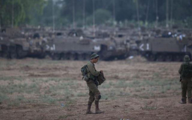Des soldats dans un champ situé près de Gaza (Crédit : Yonatan Sindel/Flash90)