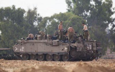 Des soldats israéliens stationnés près de la frontière avec Gaza (Crédit : Yonatan Sindel/Flash90)