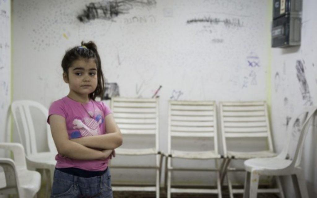 Une enfant israélienne dans un abri pendant le retentissement d'une sirène d'alerte (Crédit : Hadas Parush/Flash 90)