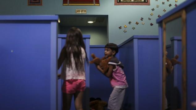 Enfants jouant dans un abri anti-missiles conçu spécialement à cet effet, à Sderot, à la frontière avec la bande de Gaza. (Crédit : Hadas Parush)