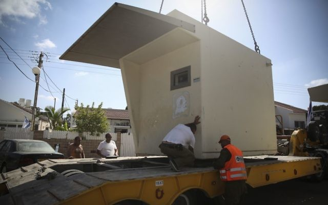 Déplacement d'un abri à Ashkelon (Crédit : Hadas Parush/Flash 90)