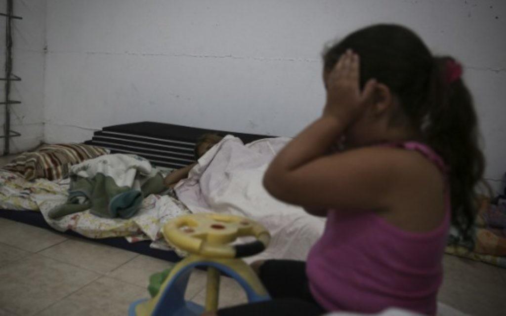 Une enfant dans un abri à Ashkelon pendant une alerte - 14 juillet 2014 (Crédit : Hadas Parush/Flash90)