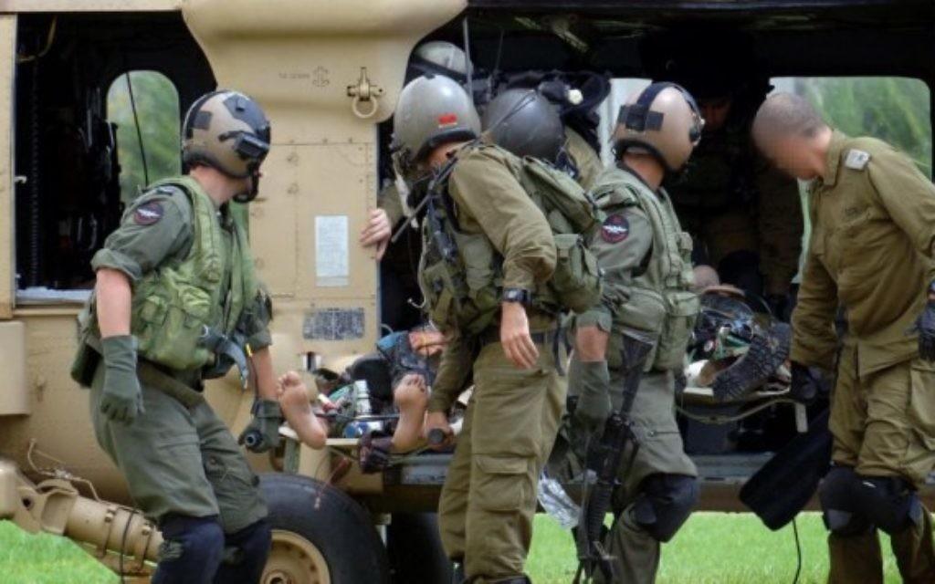Un soldat israélien blessé transporté à Soroka, Beer Sheva - 19 juillet 2014 (Crédit :  Flash90)
