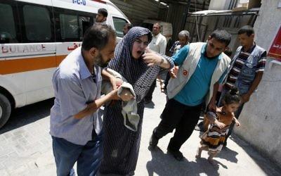 Une femme palestinienne emmenée à l'hôpital après un raid à Rafah (Crédit : Abed Rahim Khatib/Flash90)