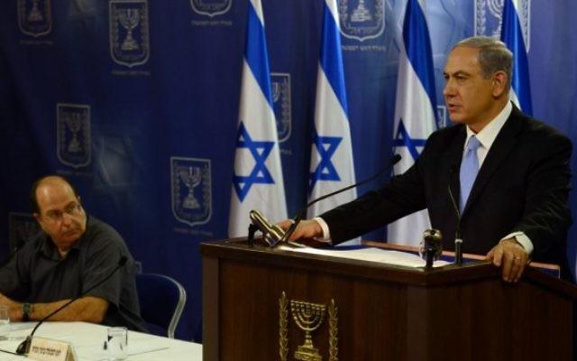 Benjamin Netanyahu (droite) et Moshe Yaalon (Crédit : Haim Zach / GPO/FLASH90)