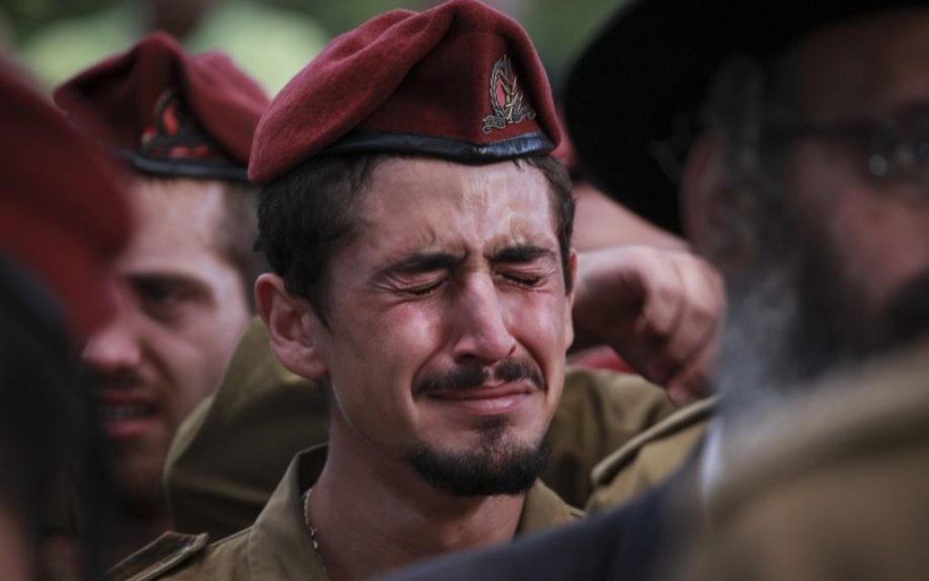 Soldat à l'enterrement du sergent Benaya Rubel, au cimetière militaire de Holon, le 20 juillet 2014. Le parachutiste de 20 ans a été tué par des hommes armés du Hamas à Gaza, le deuxième jour de l'opération de Bordure protectrice. (Crédit : Hadas Parush/Flash90)