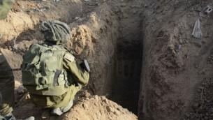 L'entrée d'un tunnel découvert à Gaza pendant l'opération Bordure protectrice (Crédit : IDF)