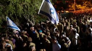 La foule réunie pour les funérailles du soldat tombé au combat à Gaza (Crédit : Gili Yaari/Flash 90)