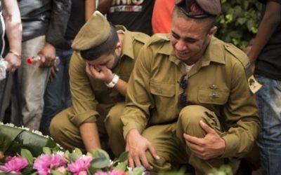 Soldats pleurant à un enterrement de Moshe Malko mort au combat - 21 juillet 2014 (Crédit : Hadas Parush/Flash 90)