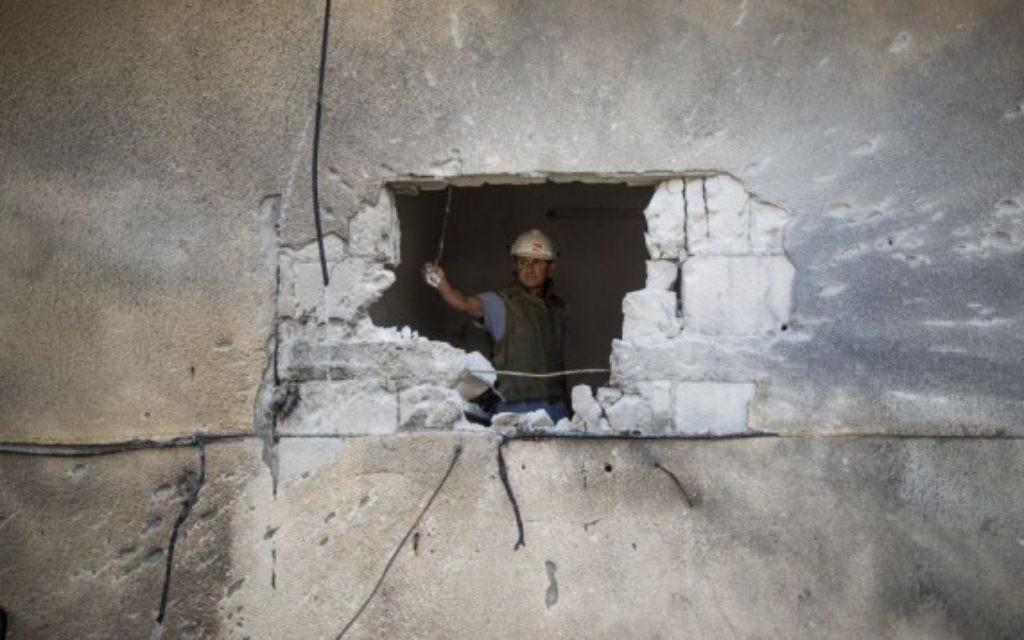 Dégât causé par une roquette tombée à Sderot et tirée depuis Gaza (Crédit : Yonatan Sindel/Flash90)
