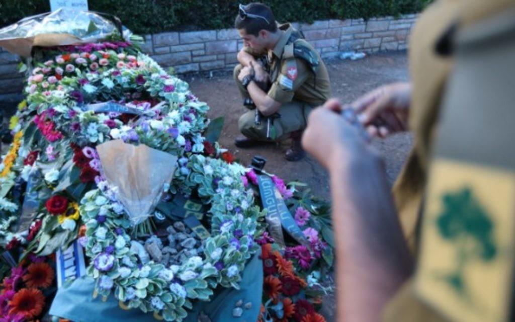 Parents et amis vus lors des funérailles du sergent Sean Mondshane, dans un cimetière de Tel Aviv, - 22 Juillet 2014 (Crédit : Yaakov Naumi/Flash90)
