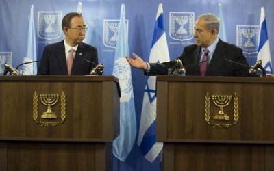 Le secrétaire général de l'ONU, Ban Ki-Moon (à droite) et le Premier ministre Benjamin Netanyahu lors d'une conférence de presse conjointe à Jérusalem, le 22 juillet 2014. (Crédit : Flash 90)