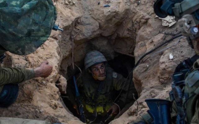 Un soldat de la Brigade Givati dans un tunnel de la bande de Gaza, le 23 juillet 2014. (Crédit : unité des porte-paroles de l'armée israélienne/Flash90)
