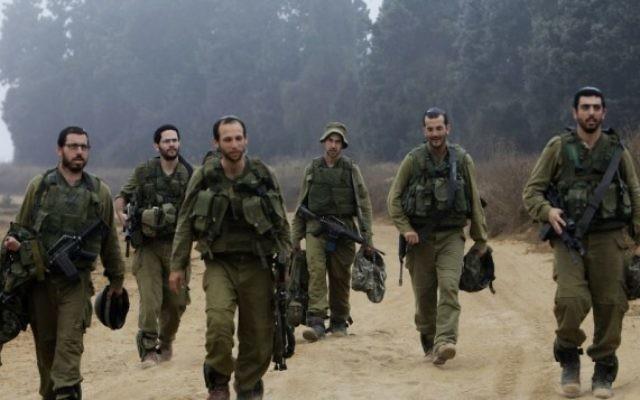 Des soldats reviennent après un entraînement - 24 juillet 2014 (Crédit : Miriam ALster/Flash 90)