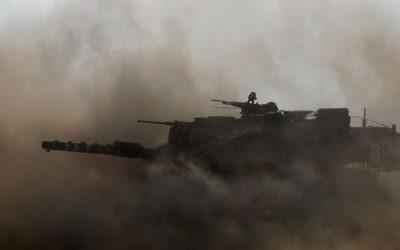 Un tank Merkava patrouillant près de Gaza le 24 juillet 2014 (Crédit : Miriam Alster/FLASH90)