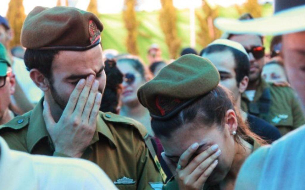Parents et amis vus à l'enterrement du soldat Daniel Pomerantz de la brigade Golani qui a été tué au cours de combats dans la bande de Gaza dimanche, à Kfar Azar, près de Tel Aviv 24 juillet 2014 (Crédit : Flash90)