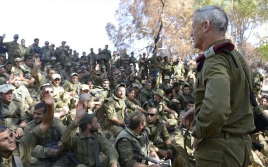 Benny Gantz s'adresse à des soldats lors de l'opération terrestre de Bordure protectrice (Crédit : IDF)