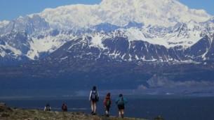 Liam Ferguson, centre, qui se déplace en Israël avec ses parents, en randonnée le long du Kesugi Ridge de l'Alaska avec sa sœur, Zoey, à gauche, et un ami de la famille (Crédit : Stewart Ferguson)