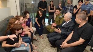 Shimon Peres console la famille du réserviste Amotz Greenberg (Crédit : autorisation)