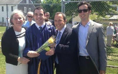Owen Suskind a célébré sa sortie de l'école Riverview à Cape Cod, MA en Juin avec ses parents et son frère Walter.  (Crédit : autorisation)