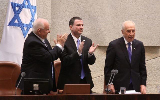 (De gauche à droite) Reuven Rivlin, Yuli Edelstein et Shimon Peres applaudi à la Knesset (Crédit : Knesset)