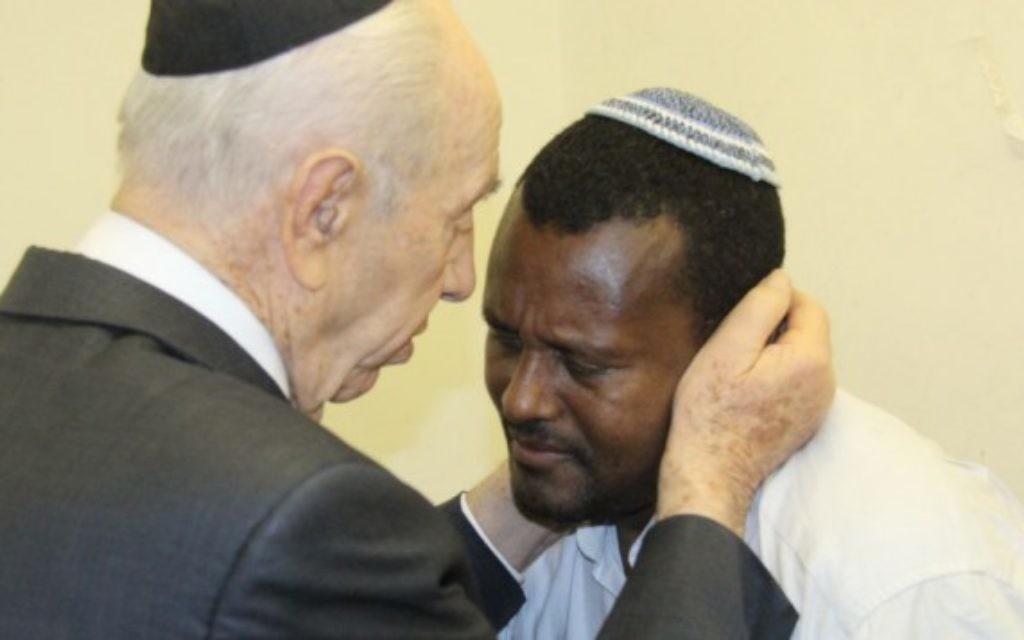Le président Shimon Peres console la famille d'un soldat tombé Moshe Malko - 23 juillet 2014 (Crédit : Résidence du président)