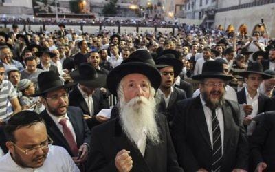 Rabbi Its'hak David Grossman vu lors d'une prière de masse au Mur occidental, dans la Vieille Ville de Jérusalem, alors que des milliers de personnes prient pour la sécurité des soldats de Tsahal opérant dans la bande de Gaza et à la frontière entre Israël et Gaza - 23 juillet 2014 (Crédit : Flash90)