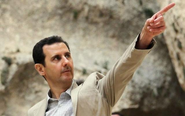 Le président syrien Bashar el-Assad visitant ses troupes (Crédit : AFP)