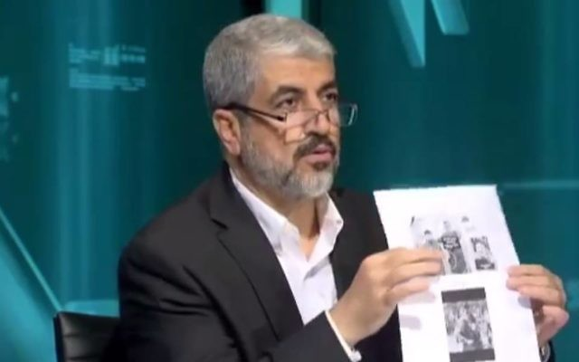 Khaled Meshaal avec une feuille montrant que les trois adolescents israéliens tués le 12 juin étaient des soldats (Crédit : capture d'écran YouTube)