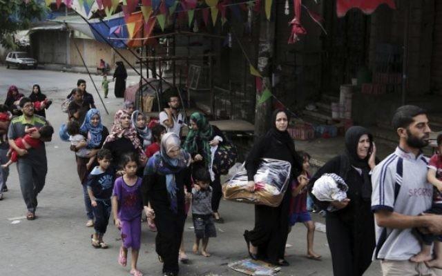 Des Palestiniens quittent Chejaya (Crédit : AFP/Adel Hana)