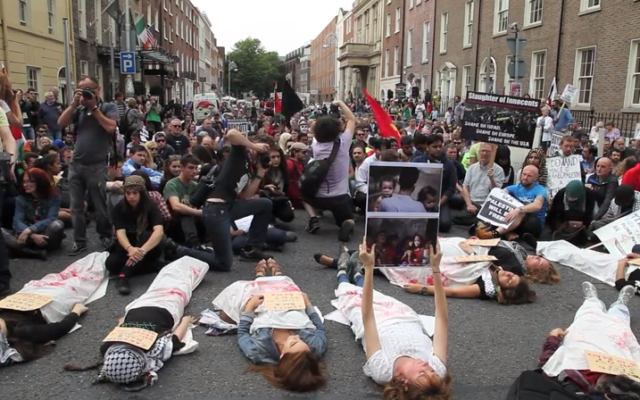 """Rassemblement et """"die-in"""" pro-Gaza à Dublin - 18 juillet 2014 (Crédit : capture d'écran YouTube)"""