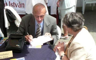 Péter Szabó Szentmihályi à une séance de dédicaces en janvier 2007. (Crédit : CC BY-SA 3.0, Derzsi Elekes Andor, via wikipedia)