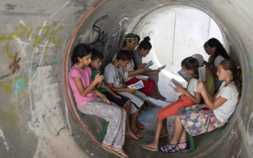 Des habitants de Nitzan en train de patienter dans un abri pendant l'opération Bordure protectrice, le 11 juillet 2014. Illustration. (Crédit : Hadas Parush/Flash90)