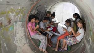 Des habitants de Nitzan en train de patienter dans un abri pendant l'opération Bordure protectrice le 11 juillet 2014 (Crédit photo: Hadas Parush/Flash90)