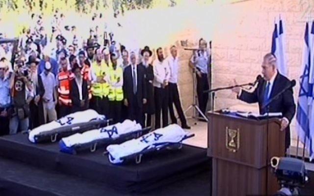 Les corps des trois adolescents enveloppés dans des drapeaux d'Israël (Crédit : capture d'écran Deuxième chaîne)