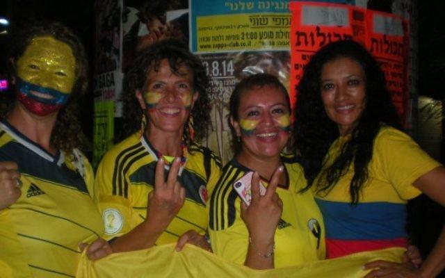 Des Colombiens en Israel célèbrent à Tel-Aviv la victoire sur l'Uruguay (Crédit : JTA/Diego Melamed)