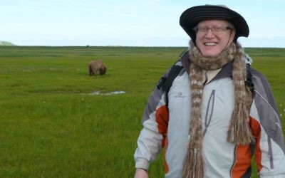 Donn Ungar, qui a fait l'alyah, posant en Alaska avec un ours grizzly en arrière-plan. (Crédit : Donn Ungar)