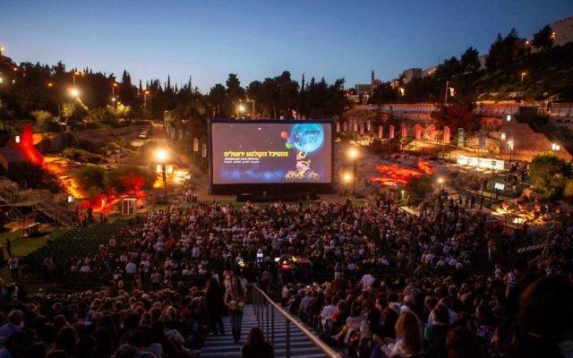 La soirée d'ouverture du festival annuel du film de Jérusalem a toujours lieu à la piscine du Sultan, sous les murailles de la Vieille Ville. (Uri Lenz/Flash90)