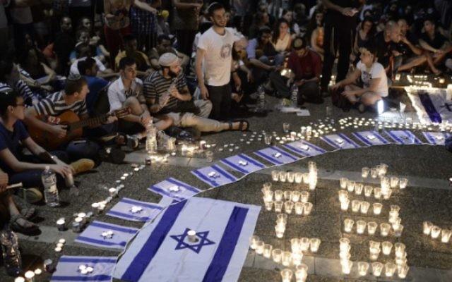 Des Israéliens prient pour la mémoire des trois adolescents assassinés (Crédit : Yonatan Sindel/Flash 90)