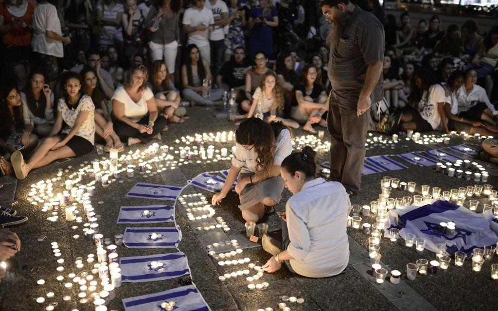 Des Israéliens prient pour la mémoire des trois adolescents assassinés (Crédit : Tomer Neuberg/Flash90)